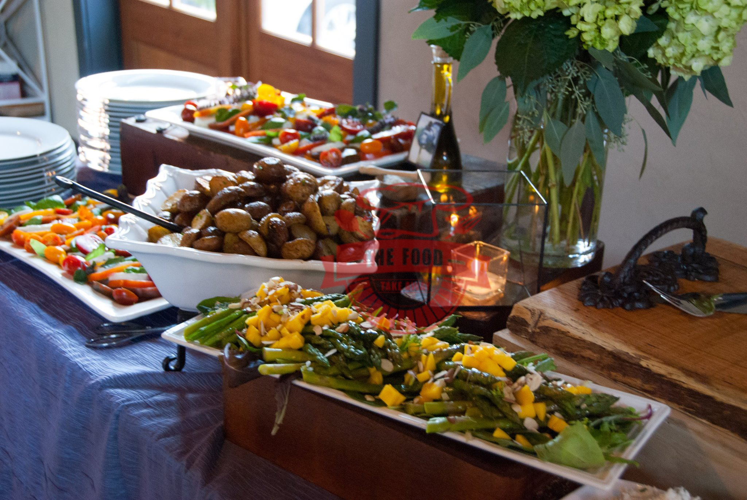 Đặt tiệc buffet thường được tổ chức taị công ty, cơ quan, xí nghiệp và những buổi tiệ clieen hoan quan trọng, cũng là một dịch vụ đặt tiệc tại nhà quen thuộc