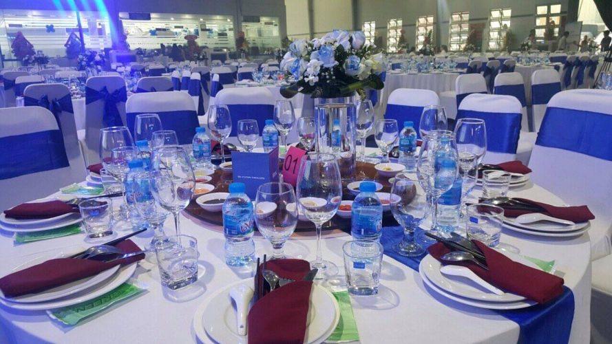 Đặt tiệc cưới tại nhà hàng khách sạn giúp tiết kiệm được thời gian và được phục vụ một cách chuyên nghiệp nhưng chi phí khá đắt đỏ.