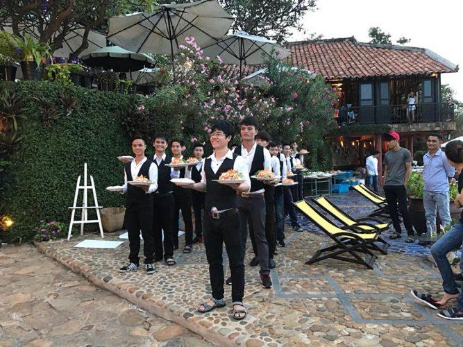Nhân viên phục vụ là các bạn sinh viên có nhiều kinh nghiệm phục vụ từ những nhà hàng tiệc cưới sang trọng và cao cấp