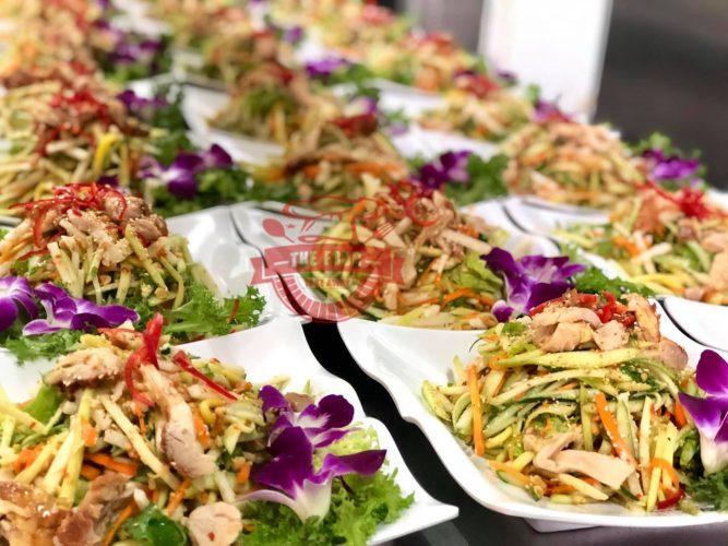 Người đầu bếp cần phải chăm chút và tỉ mỹ để hoàn thành những món ăn ngon, trình bày đẹp mắt điều này góp phân flowns cho những buổi đặt tiệc tại nhà thành công tốt đẹp.